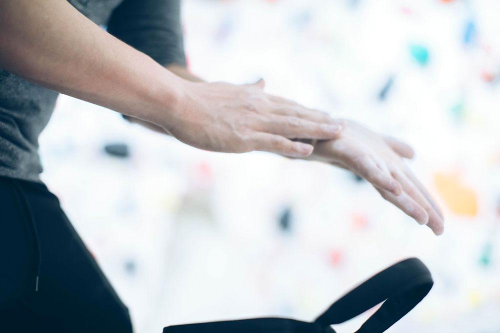ボルダリングをする時に手に付けるクライミングチョークは無料
