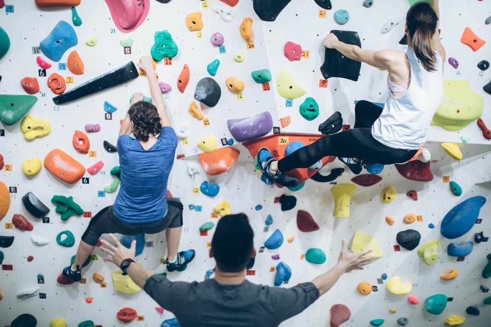 ボルダリング女子のクライミングレッスンで登り方を教わる