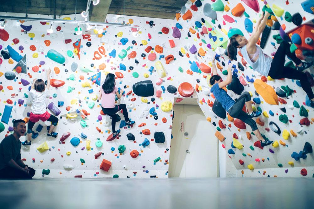 ボルダリング女子がグループで楽しく登る